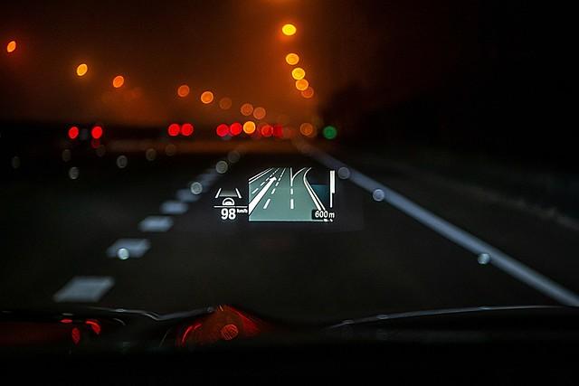 [新聞照片十] 全新BMW X3、X4白金領航版全車系標配可投射BMW智能衛星導航系統、Apple Maps與Google Maps導航資訊的HUD車況抬頭顯示器