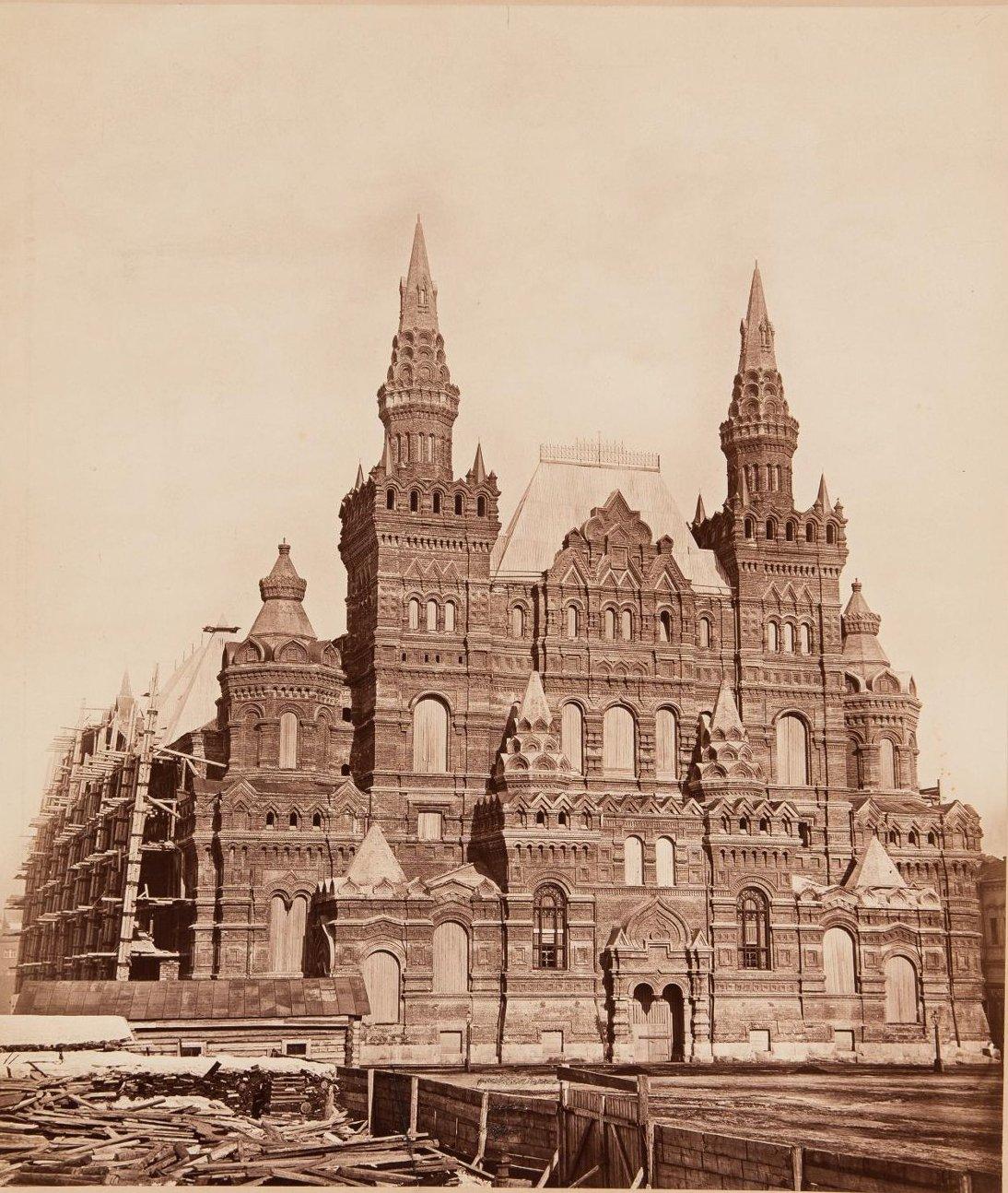 Вид недостроенного здания Исторического музея в лесах со стороны Красной площади. 1880-е