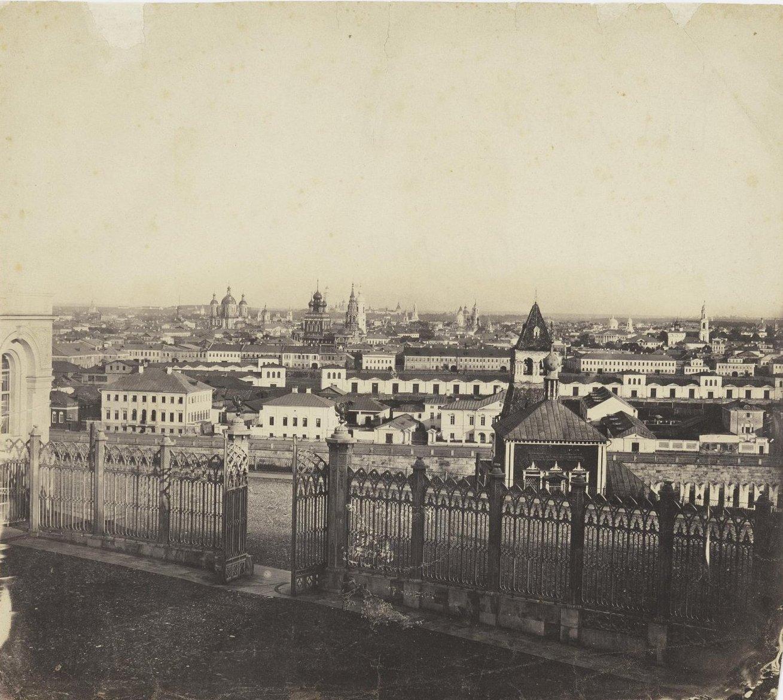 Вид из Кремля на Замоскворечье из-за решетки между Кремлевским дворцом и Оружейной палатой. 1850-е