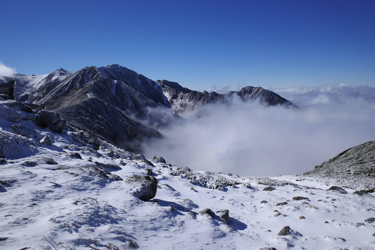 将棊頭山から眺める雪の木曽駒ヶ岳と雲海