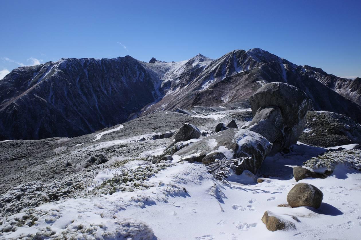 将棊頭山の稜線から眺める宝剣岳~中岳~木曽駒ヶ岳