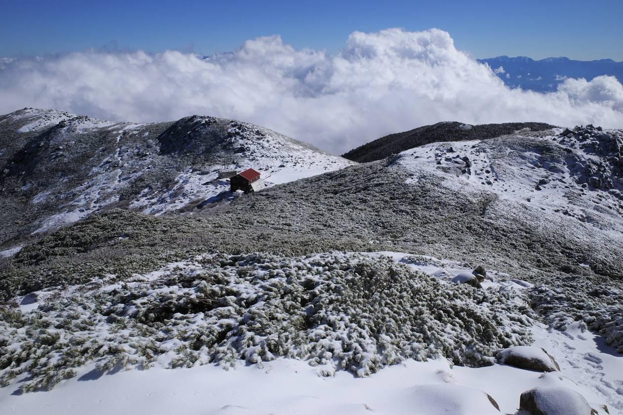 将棊頭山から眺める西駒山荘と雲海