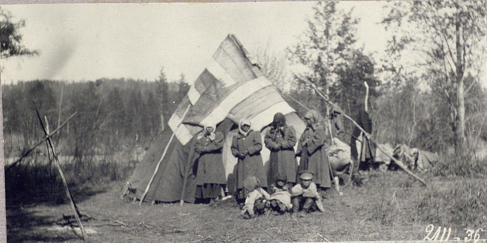Женщины и дети около юрты