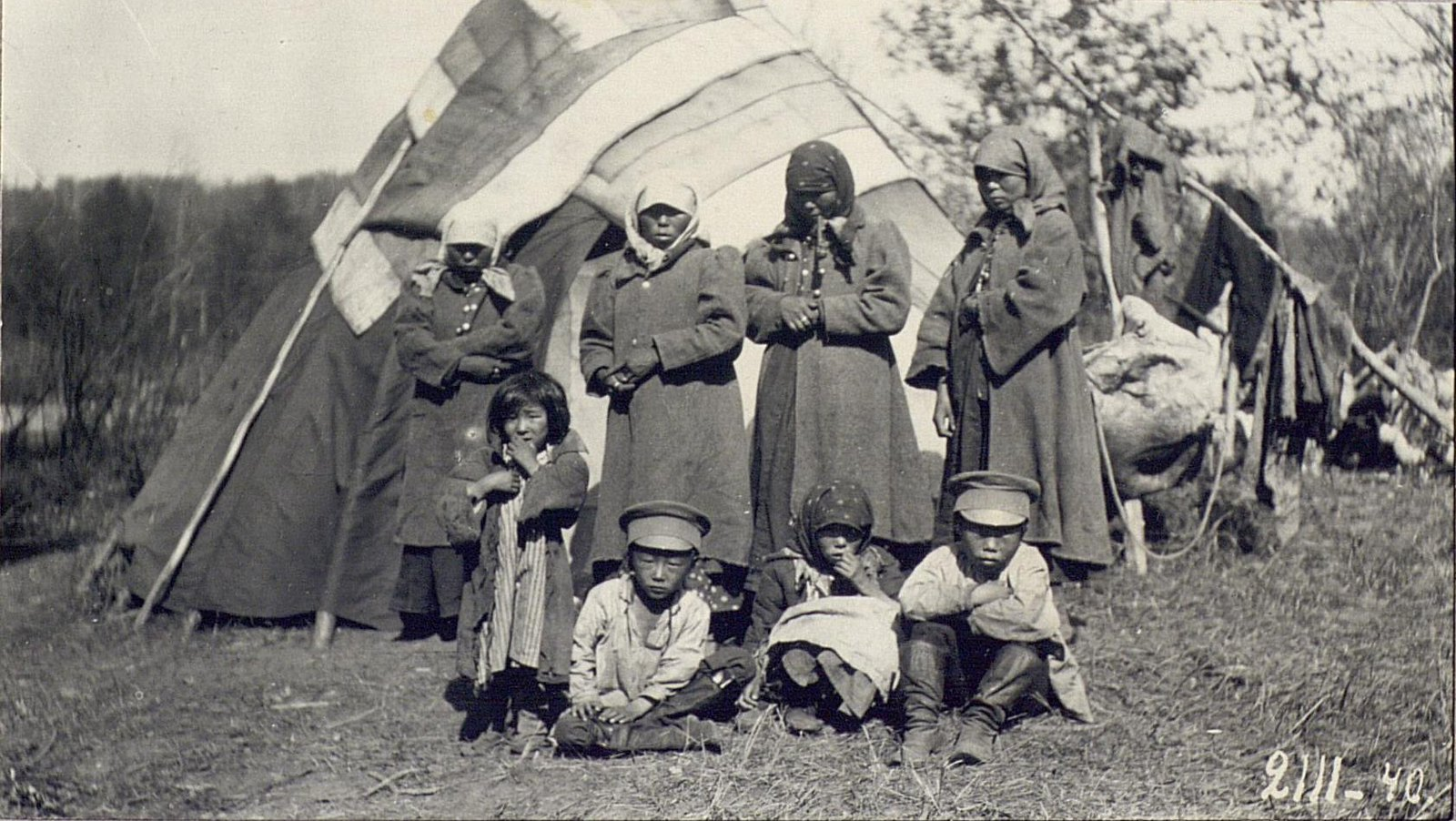 Женщины и дети около юрты.