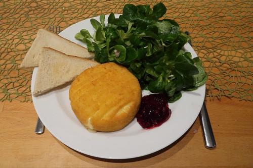 Frittierter Camembert mit Preiselbeeren, Toast und Feldsalat  (mein Teller)