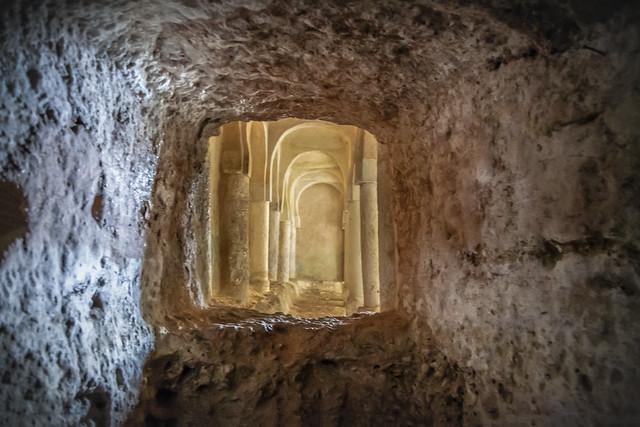 Ciri. Interior, ermita de San Baudelio, s. X - XI, estilo mozarabe. Gruta que se cree fue su origen
