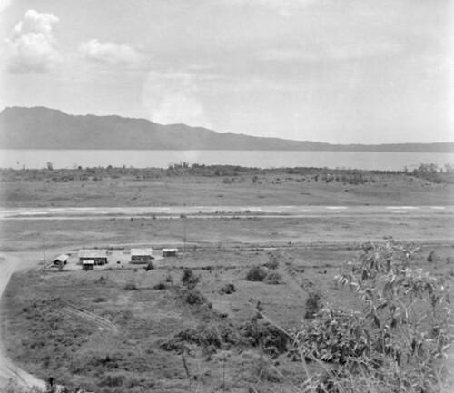 Vliegveld van Laha, Ambon (zoals gezien in 1945). De baai van Ambon en het schiereiland Laitimor zijn op de achtergrond te zien.  (Fotograaf Staff Sergeant R. L. Stewart)