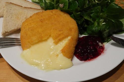Frittierter Camembert mit Preiselbeeren, Toast und Feldsalat  (angeschnitten)
