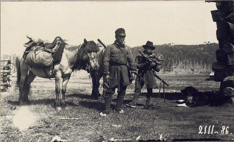 Андрей Гасалтуев с сыном приехал с охоты. Сын держит в руках панты, стоимостью в 40 рублей