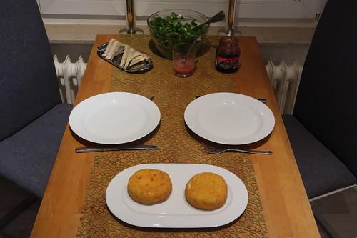 Frittierte Camemberts mit Preiselbeeren, Toast und Feldsalat (Tischbild)