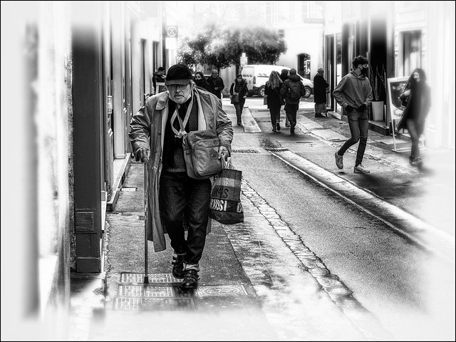 Les courses matinales / Going to do his shopping