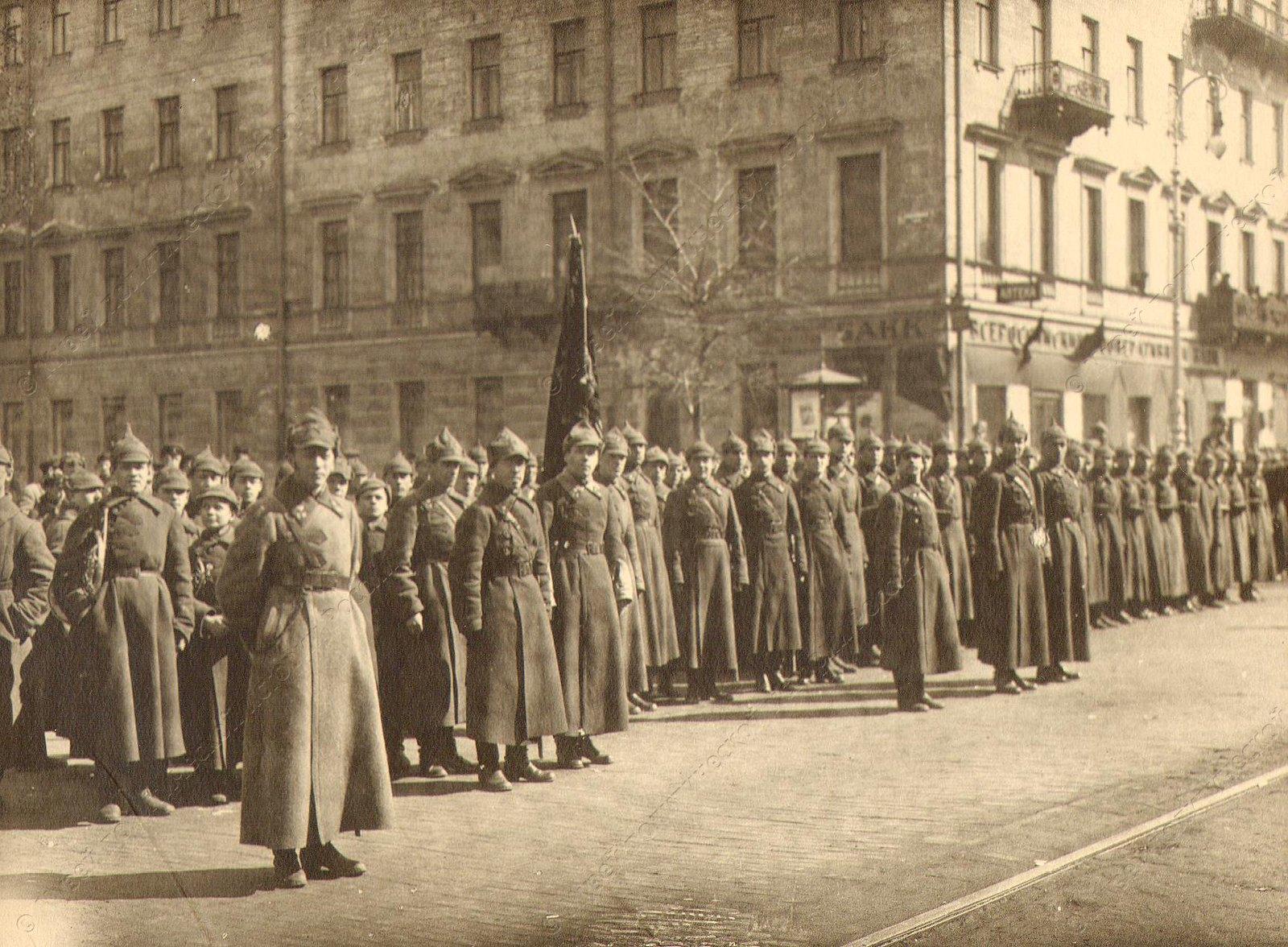 1918. Группа бойцов Красной Армии в строю