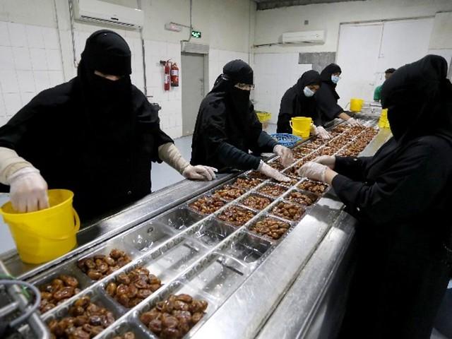 5881 Meet the Saudi women running a date factory 05