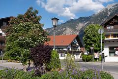 Dorfplatz im Frühling