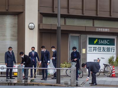 Nihon_arekore_02298_Bank_employees_cleaning_sidewalk_100_cl