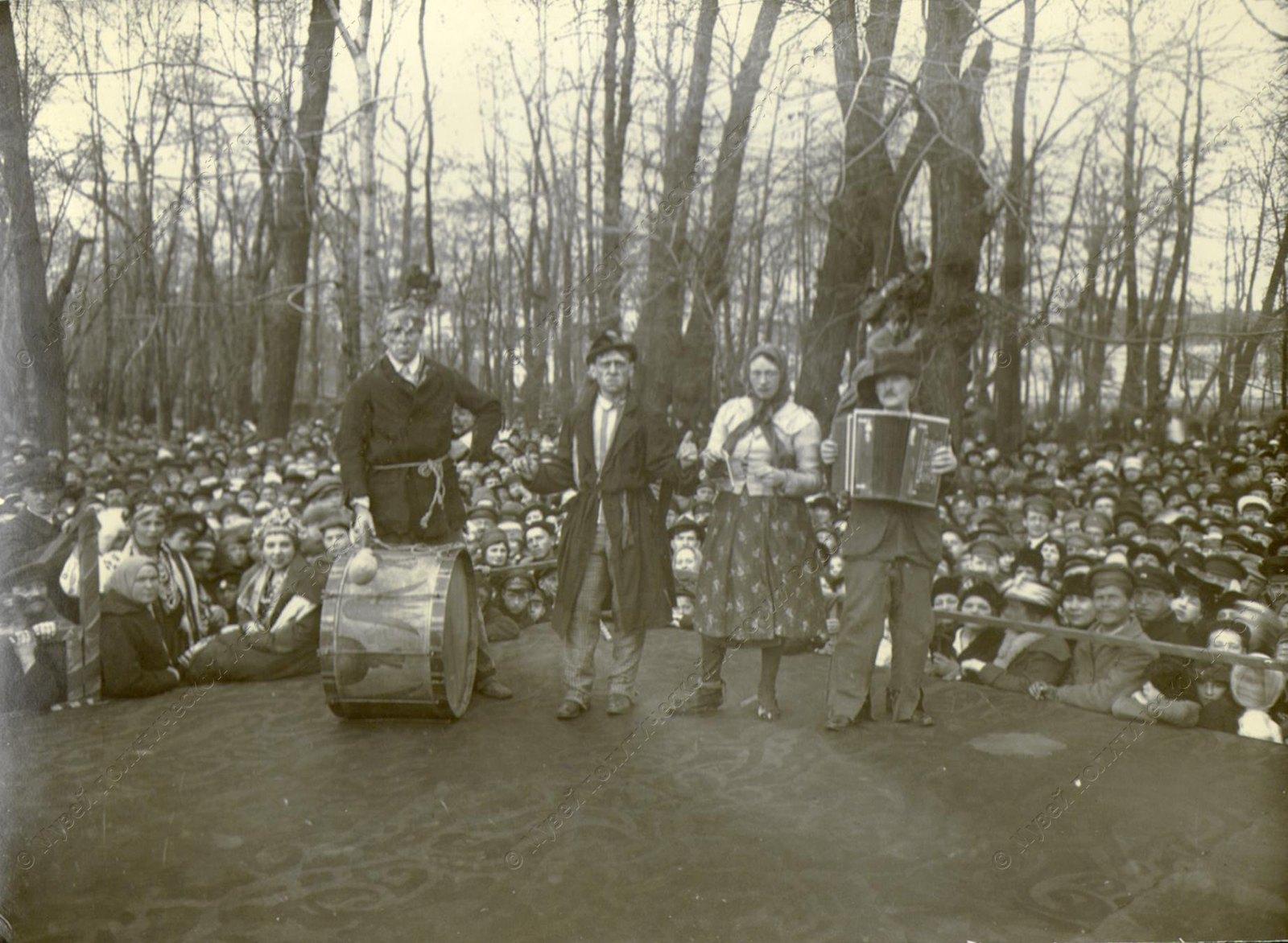 1918. Выступление агитколлектива в одном из пригородных парков Петроградской губернии