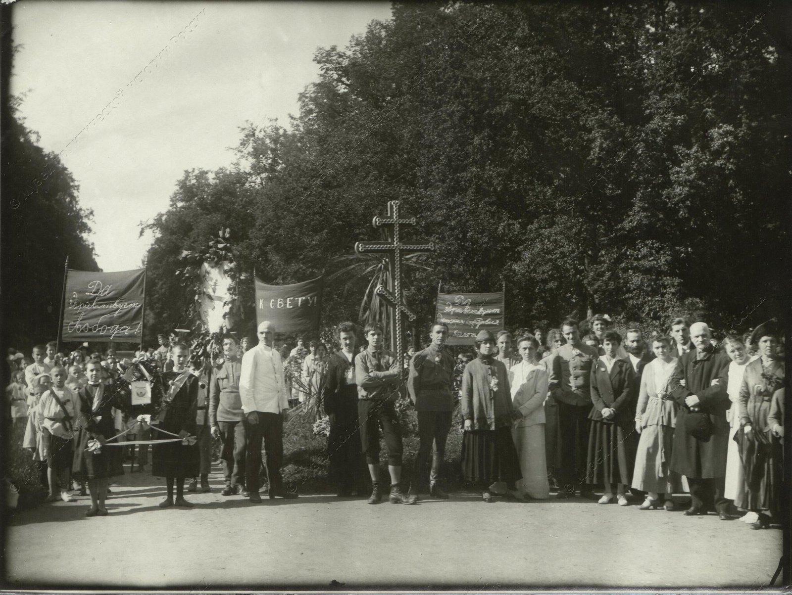 1918. Воспитанники, воспитатели и гости Детской колонии. Царское село