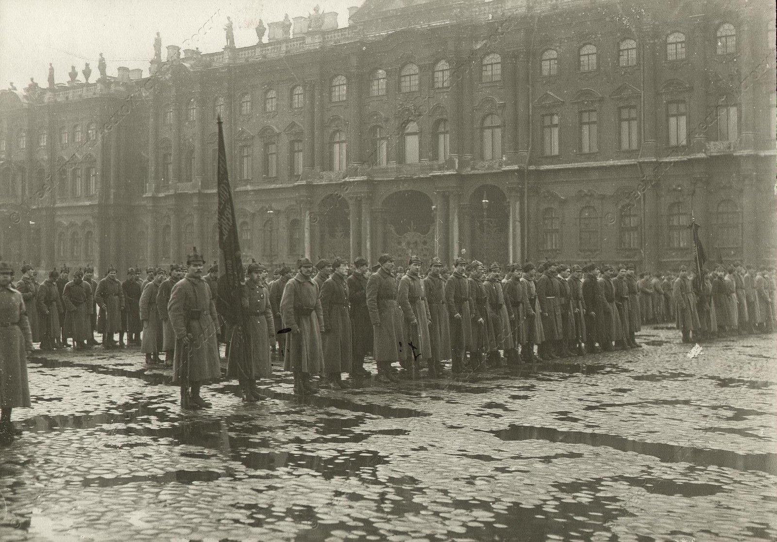 1918. Части Красной Армии на площади Урицкого