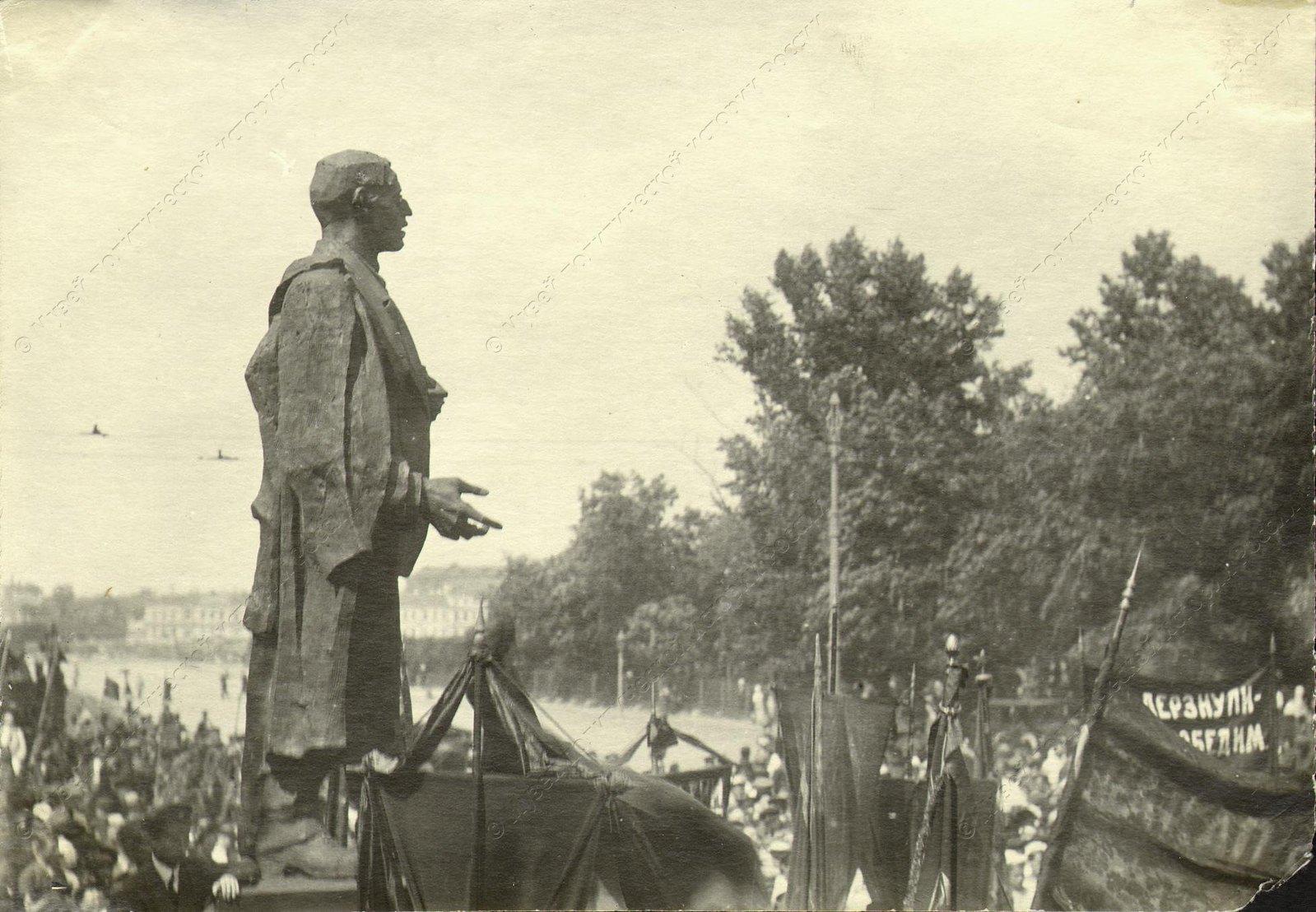 1918. Открытие временного памятника Володарскому на бульваре Профсоюзов