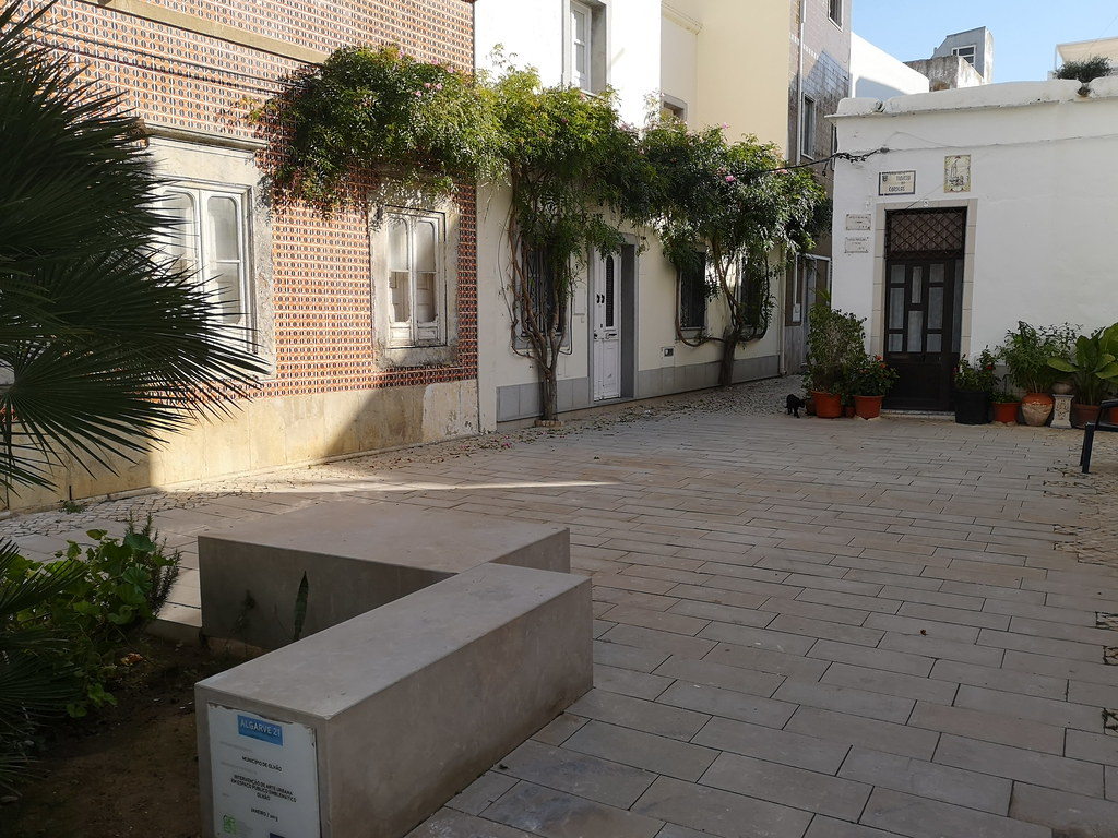calle y edificios de antiguo barrio de pescadores Olhau Portugal