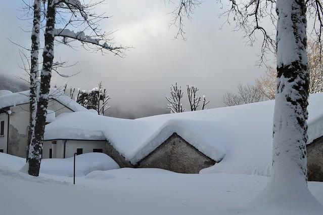 La neve sui tetti del Santuario della Madonna dell'Acero, nel comune di Lizzano in Belvedere (Bologna)