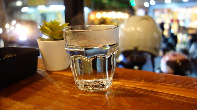 冷天送來的開水是裝在玻璃杯裡的溫開水,這點超細膩,我超愛~@新北中和/嗑滿