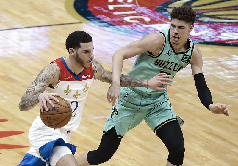 Lonzo Ball(左)對戰LaMelo Ball(右)。(達志影像)