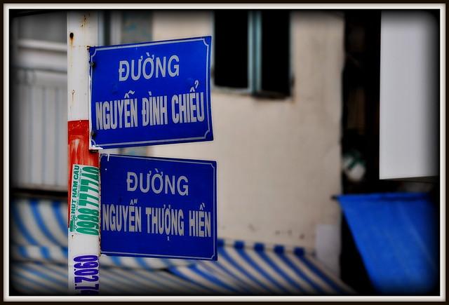 Rue de Saigon.Nguyen....Pres de 40% de la population du Vietnam porte ce nom (sur plus de 97 millions d'habitants) par soumission ou par loyauté  a la famille regnante au pouvoir. Les Nguyen (1802-1945).