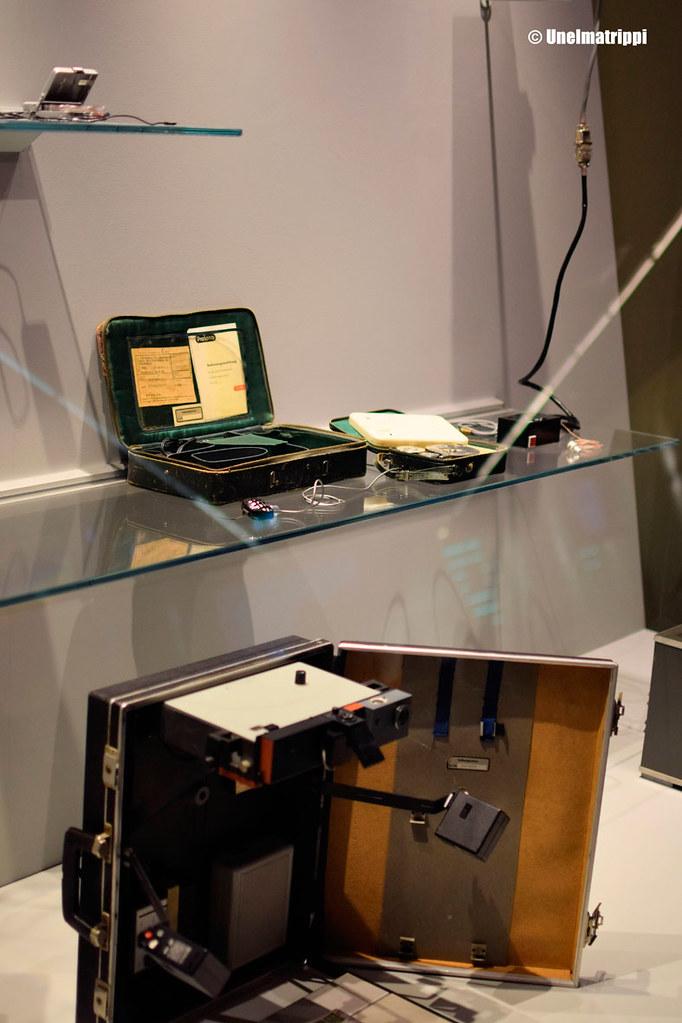 Agenttien salkkuja ja esineitä Spy Museumissa