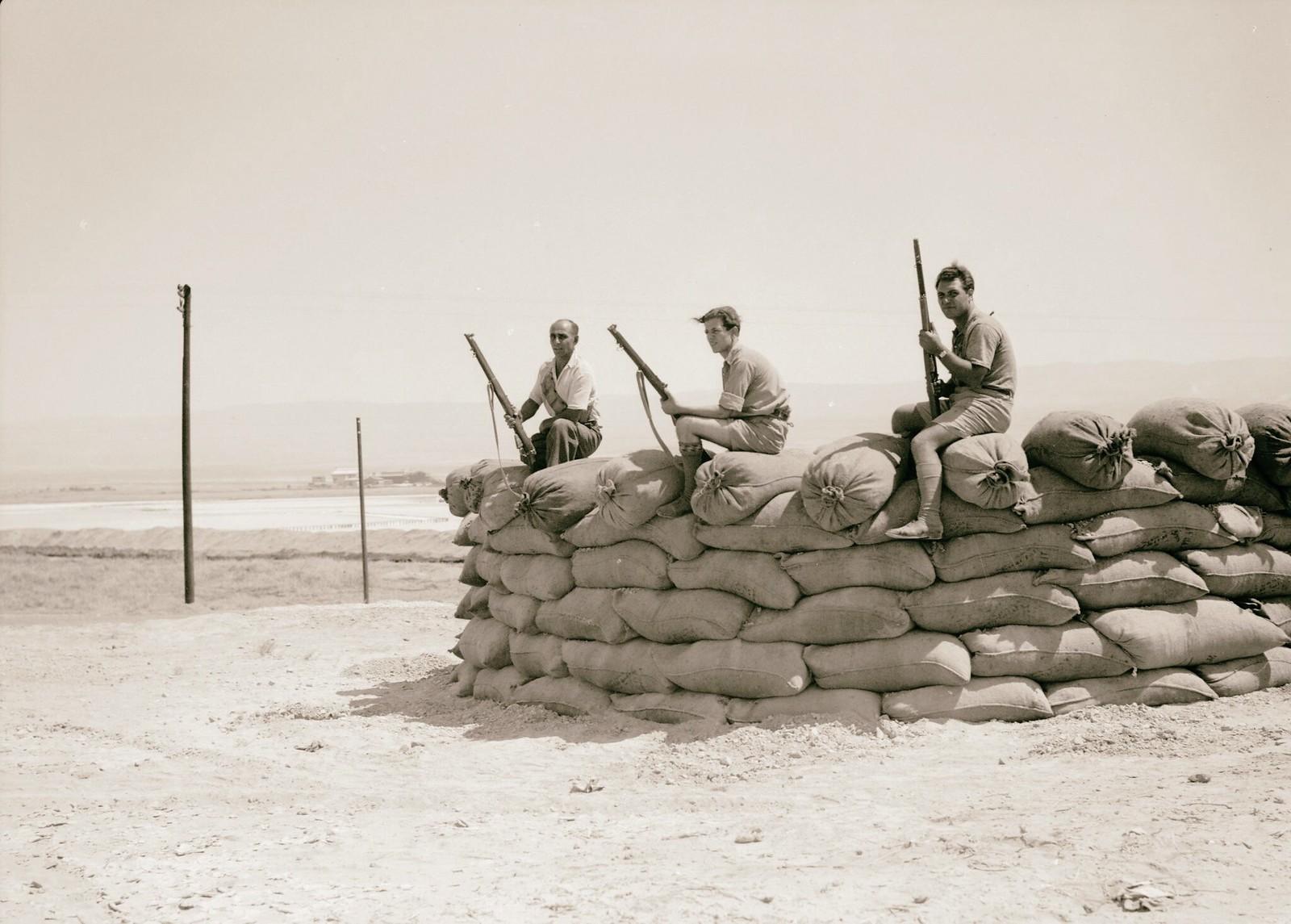 22. 1938. Вооруженные еврейские рабочие компании «Palestine Potash Ltd» охраняют подходы к калийному заводу на северной оконечности Мертвого моря