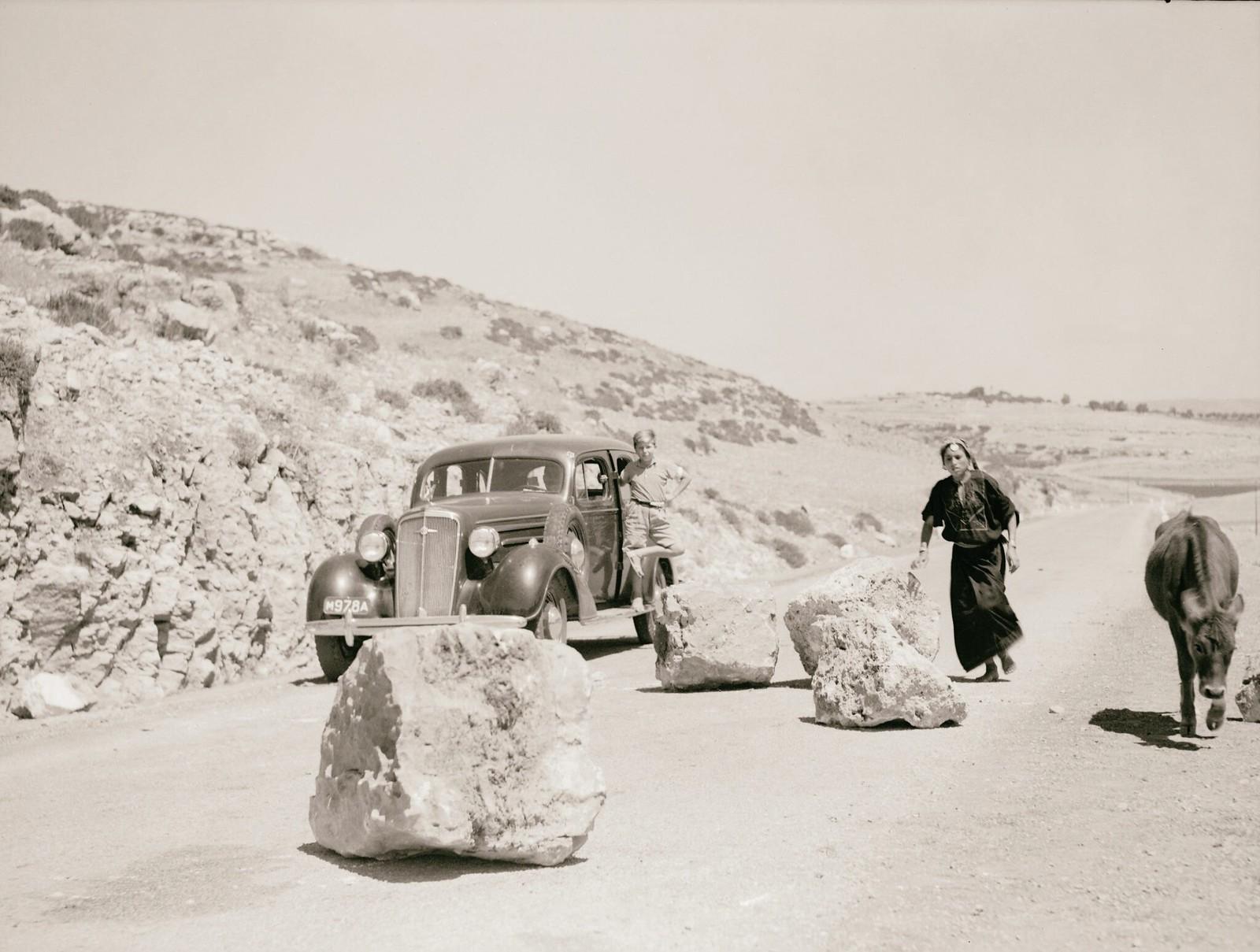 12. 1938. Огромные валуны на Хевронском шоссе, заложенные арабскими бандами для уничтожения полицейских и военных машин