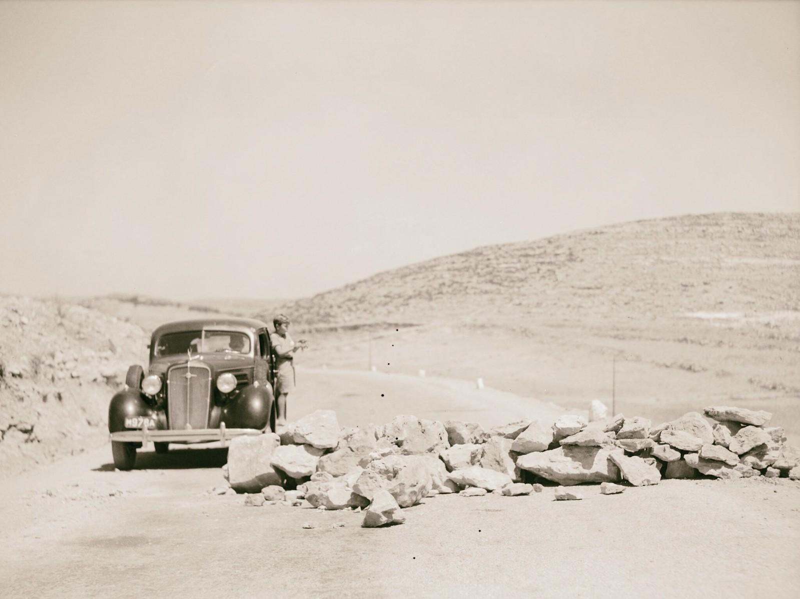 11. 1938. Огромные валуны на Хевронском шоссе, заложенные арабскими бандами для уничтожения полицейских и военных машин