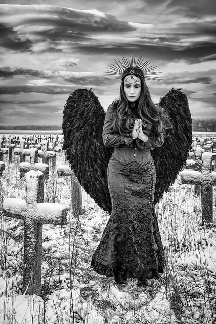 Ein Engel, der eine Seele vor dem Teufel beschützt