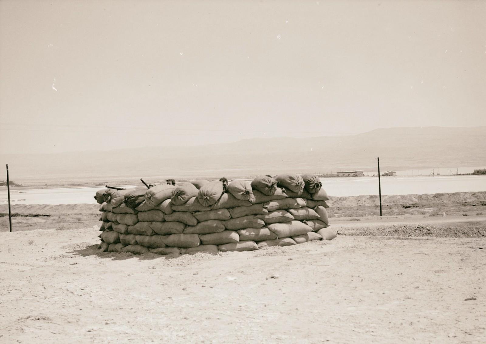 23. 1938. Вооруженные еврейские рабочие компании «Palestine Potash Ltd» охраняют подходы к калийному заводу на северной оконечности Мертвого моря