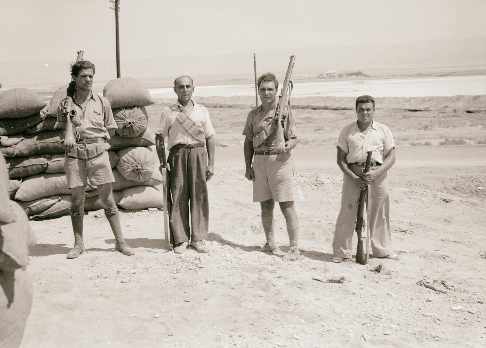 21. 1938. Вооруженные еврейские рабочие компании «Palestine Potash Ltd» охраняют подходы к калийному заводу на северной оконечности Мертвого моря