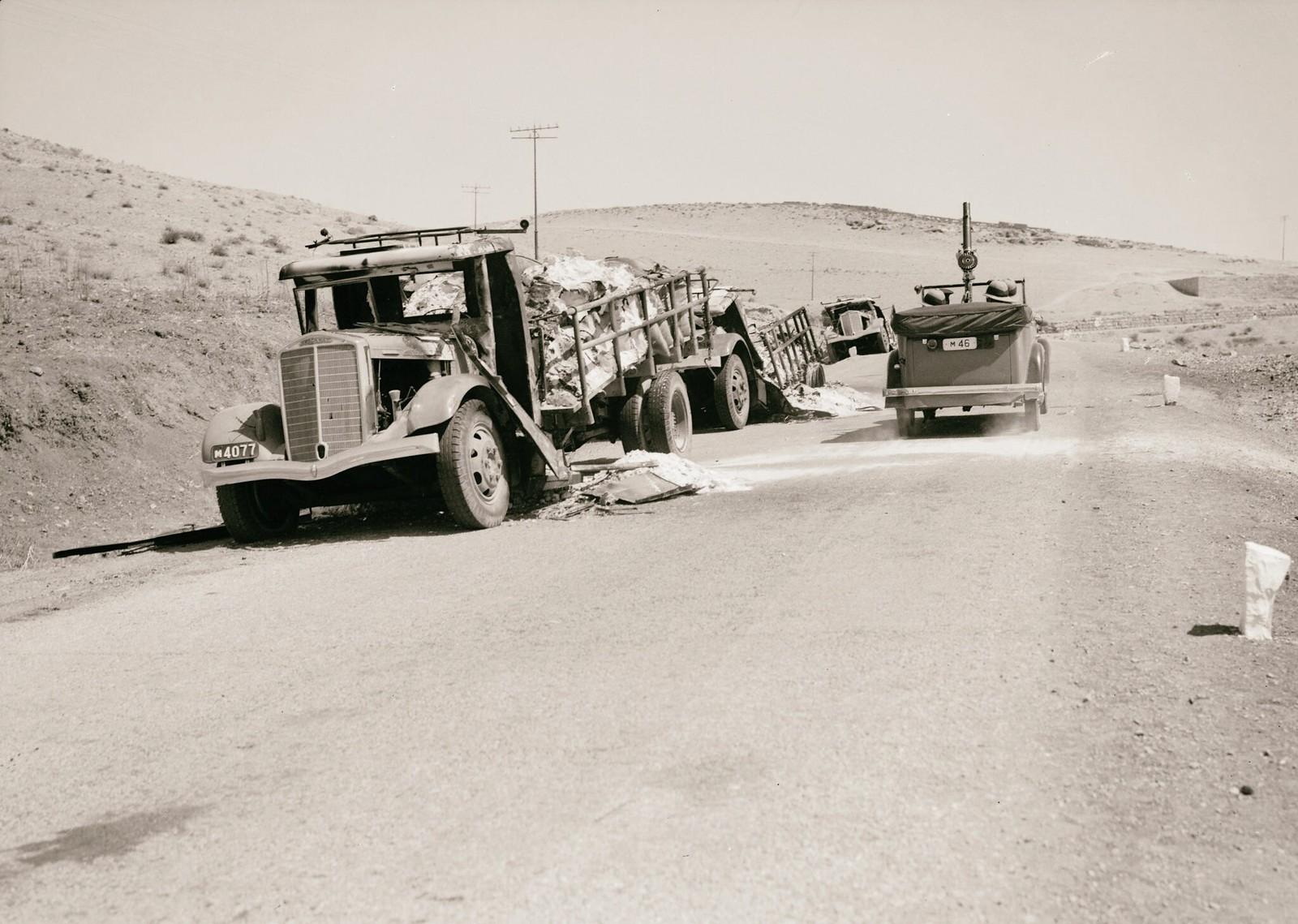 16. 1938. На дороге в Иерихон сожжены грузовики с калийными отходами. Проезжает полицейская машина с установленным на ней пулеметом