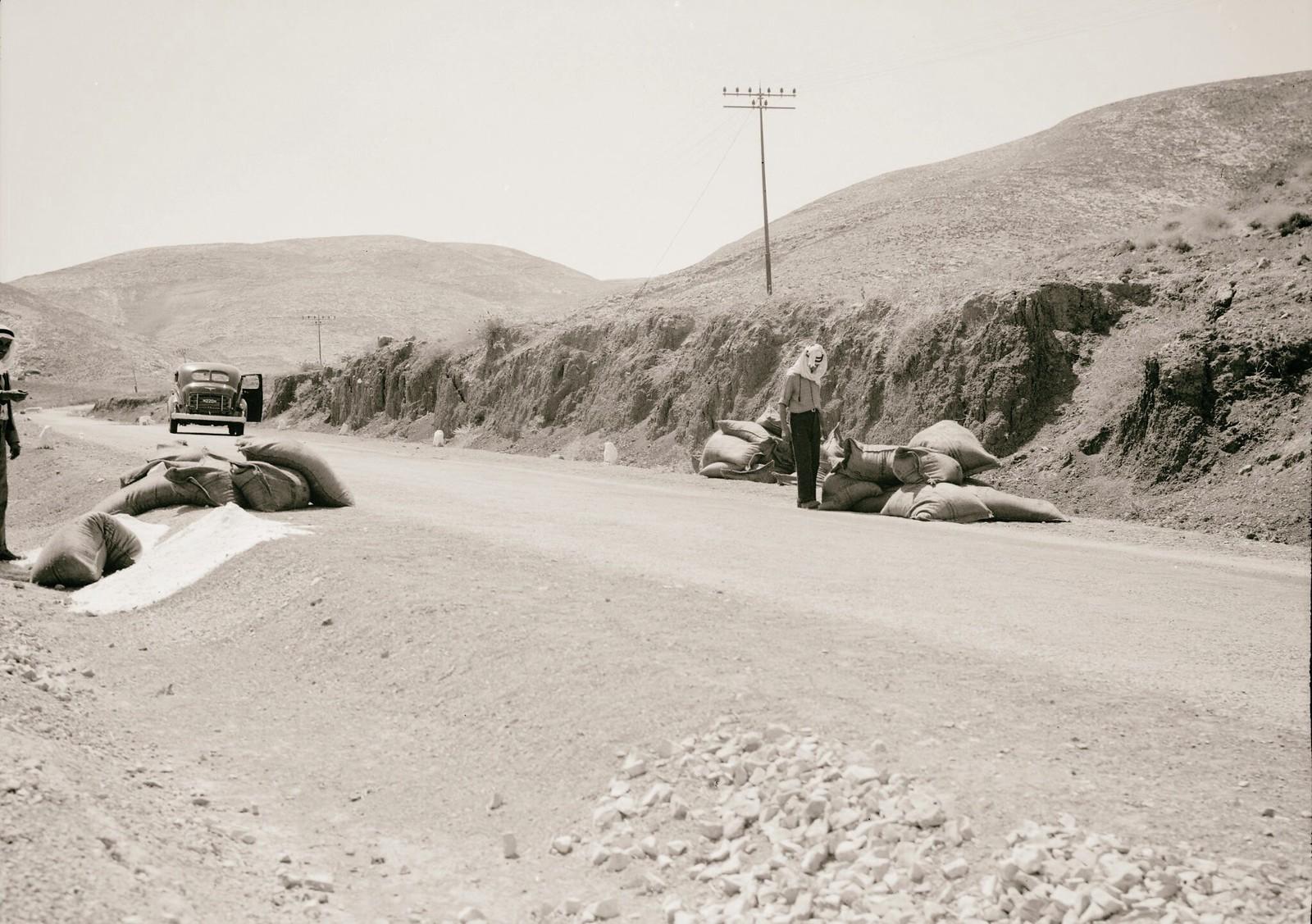 14. 1938. На дороге в Иерихон сожгли грузовики с калием. Мешки, сброшенные вдоль дороги из тяжело загруженных грузовиков во время попытки бегства от бандитов