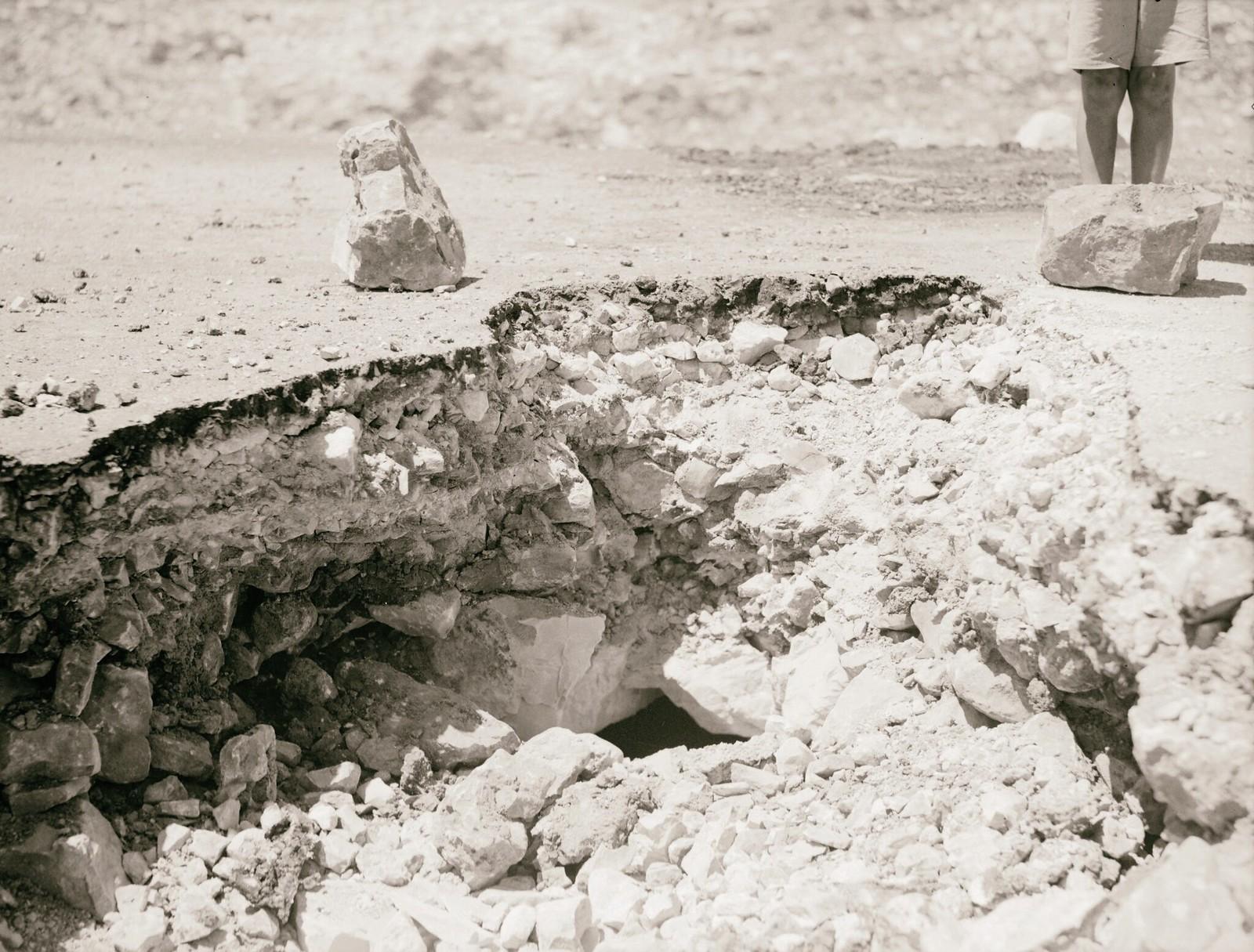 24. 1938. Последствия взрыва заложенной мины на дороге в Хевроне