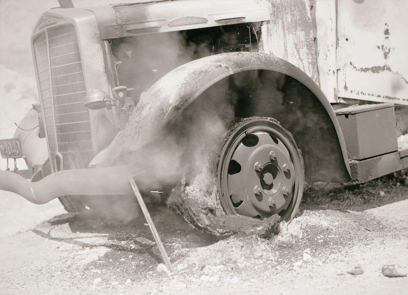 20. 1938. На дороге в Иерихон сгорели грузовики с калийными удобрениями. Огромная резиновая шина грузовика все еще пылала, когда на следующее утро был сделан