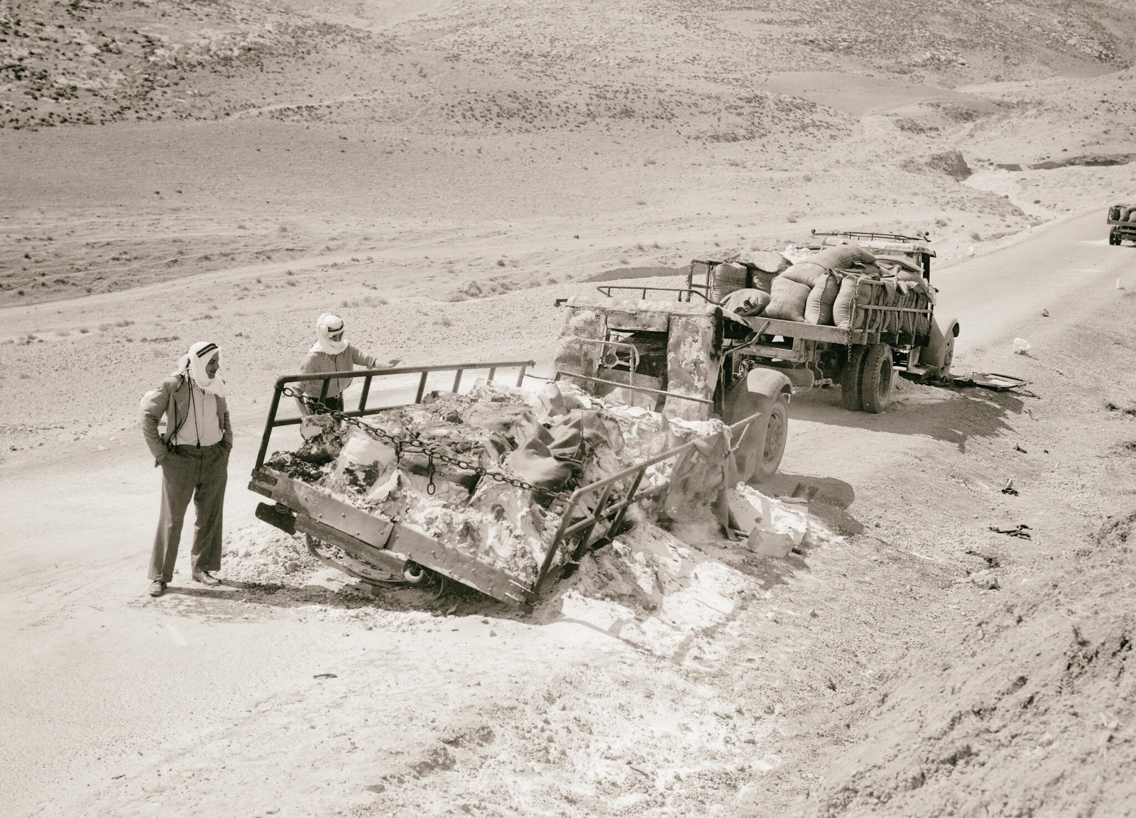 18. 1938. Два из пяти грузовиков с калием, уничтоженных арабскими мятежниками на дороге в Иерихон. (2)