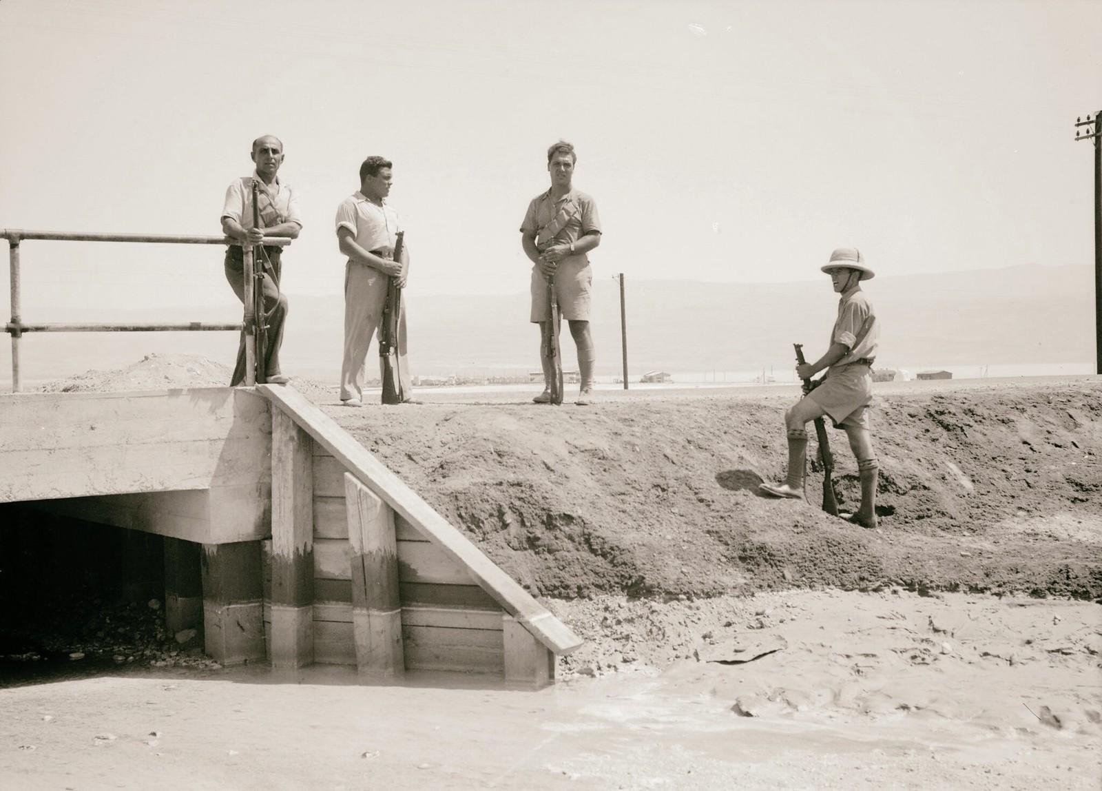 15. 1938. На дороге в Иерихон сожжены грузовики с грузом. Вооруженные еврейские рабочие охраняют автомобильную дорогу