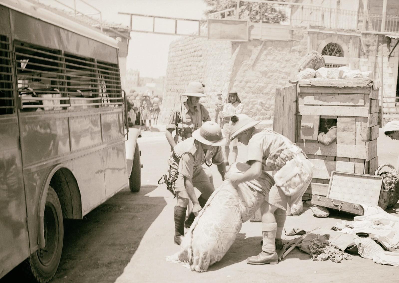 13. 1938. Полиция конфисковывает вещи из автобуса в Хевроне