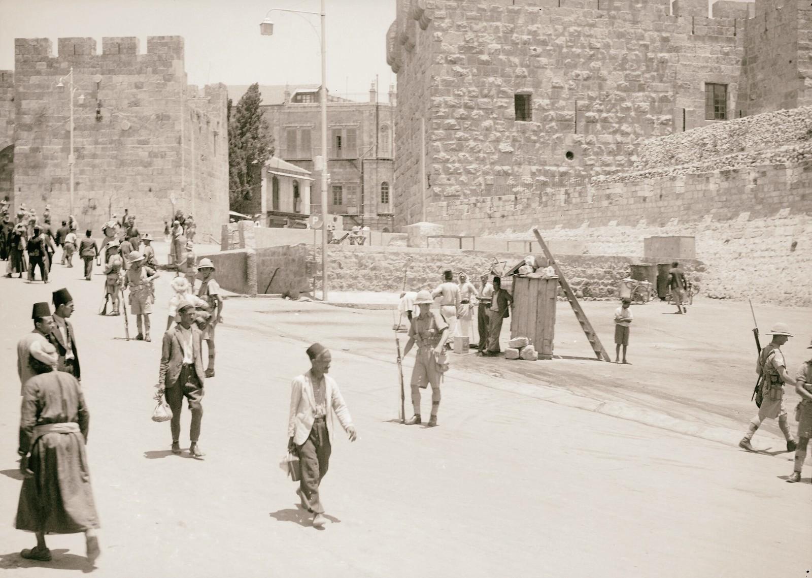02. 1938. Борьба с арабскими террористами. Армия контролирует движение возле Цитадели. Вид через Яффские ворота. 8 июля