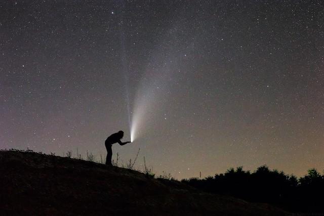 VCSE - Schmall Rafael szenzációs fotója a C/2020 F3 (NEOWISE) üstökösről 2020. július 20-án készült a tábor melletti egyik felhagyott kőbánya környékéről - Fotó: Schmall Rafael