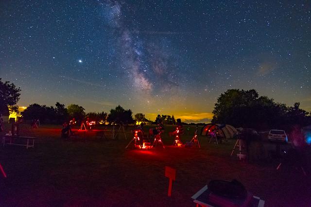 VCSE - A derült az nagyon derült volt... Az ég alján a sárgás fények Őriszentpéter fényei a Tejúttól nyugatra (jobbra a képen), balra a horizont fényei pedig nagyobbrészt Zalalövő, kisebbrészt Zalaegerszeg fényszennyezése., - Fotó: Ágoston Zsolt