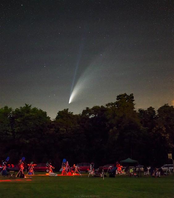 VCSE - A C/2020 F3 (NEOWISE) üstökös az észlelőrét felett. (Az emberek leginkább a rét másik oldlaán, a fotós mögött vannak, hogy lássák az üstököst, közben az asztrofotós rendszerek teszik a dolgukat automatikusan.) Rövididejű vezetett, alapobjektíves felvétel.- Fotó: Schmall Rafael