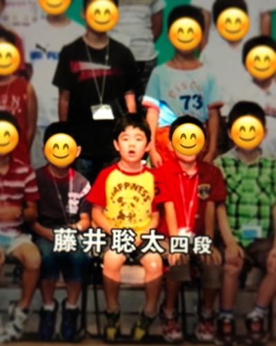 藤井聡太二冠がプロデビュー後の四段のときのインタビュー動画に、子どもの頃の将棋大会の集合写真が一瞬映って、目が釘付けになったパンダTシャツ。 #パンダ視力は本日も良好です。