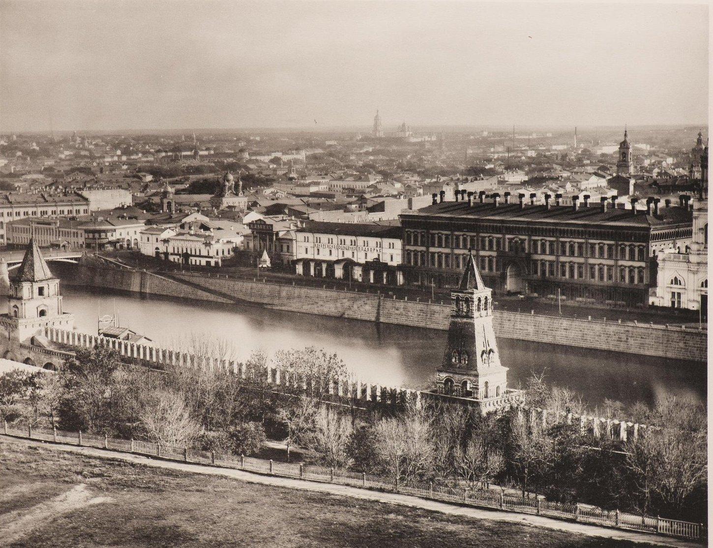 Вид из Кремля на Москву и Замоскворечье. На первом плане Софийская набережная и Кокоревское подворье.1887