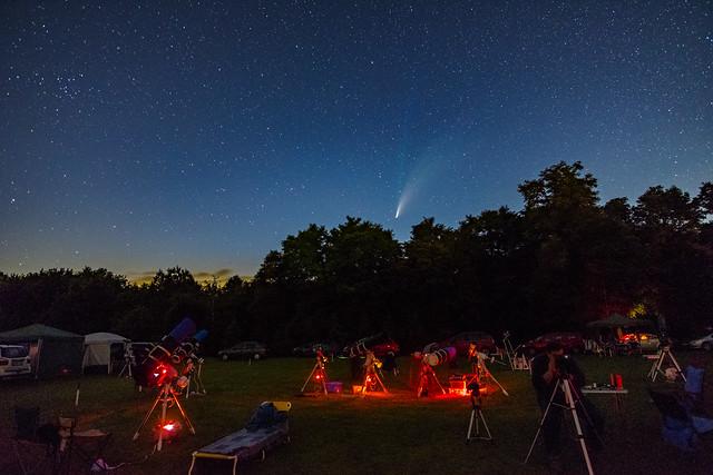 VCSE - A C/2020 F3 (NEOWISE) üstökös az észlelőrét felett. A középső távcsötömeg vörös fényekkel az asztrofotós csoport távcsőcsoportja - Fotó: Ágoston Zsolt