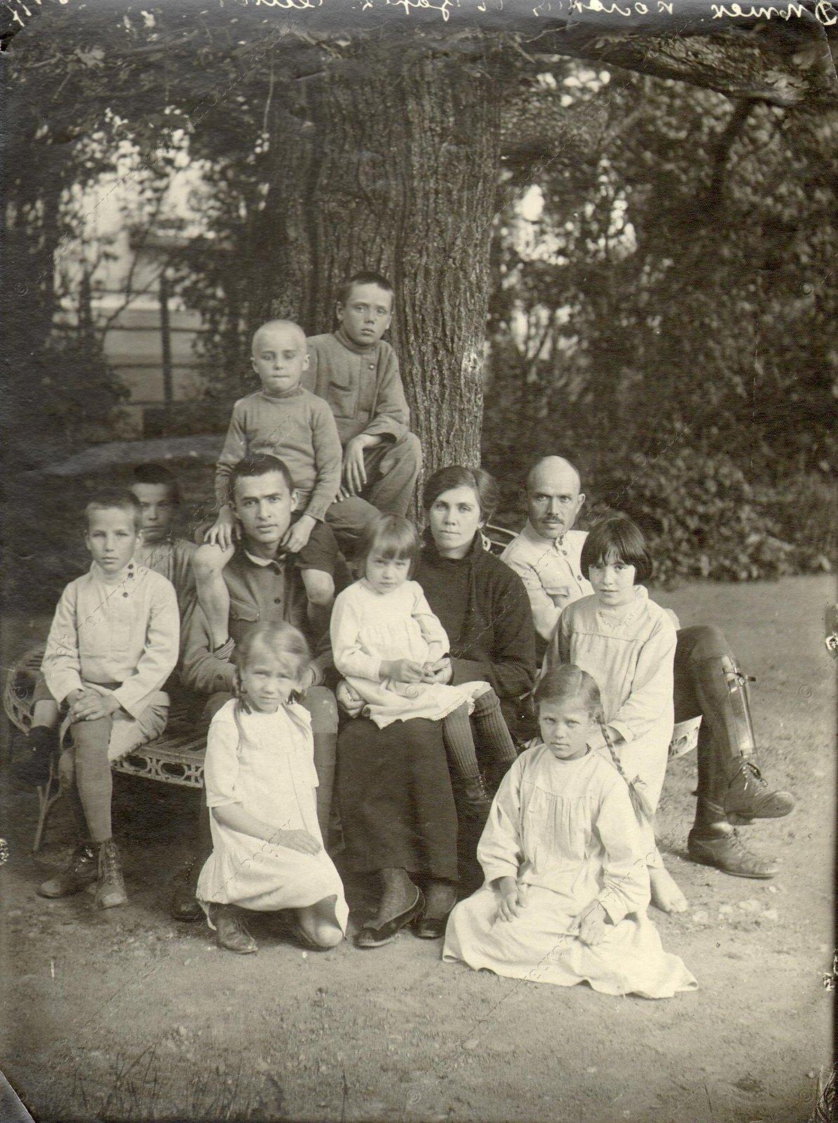 1919. Группа детей и воспитателей Трудовой детской колонии в Царском селе. В группе Луначарская